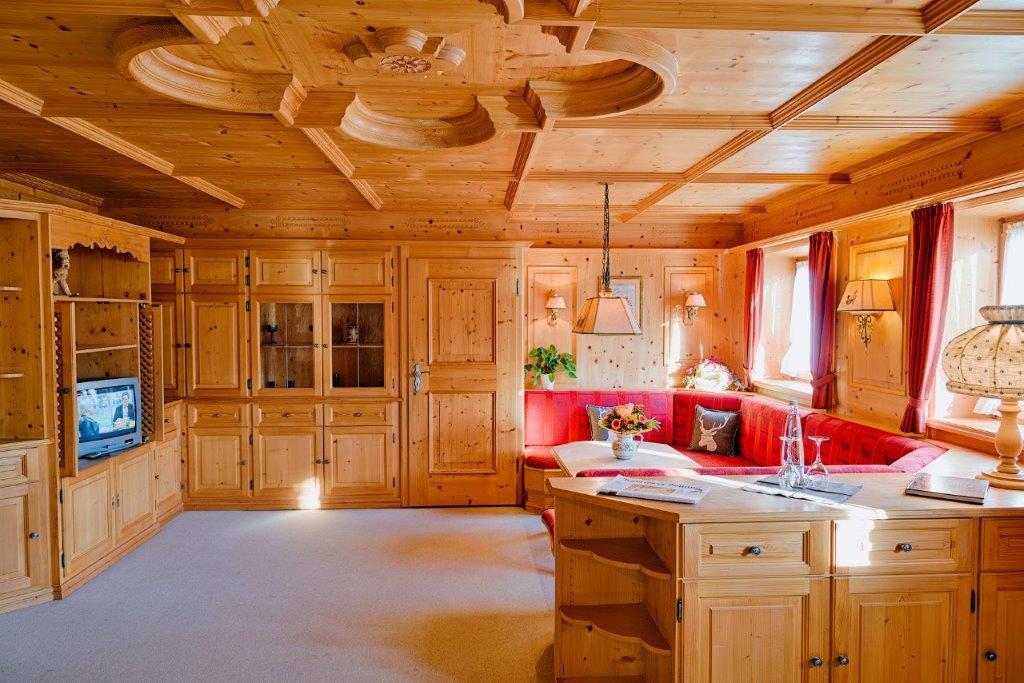 Auf dem Bild ist das großzügige Wohnzimmer im typischen alpinen Stil des Vital-Hotel Alpensonne in Bad Wiessee am Tegernsee zu sehen