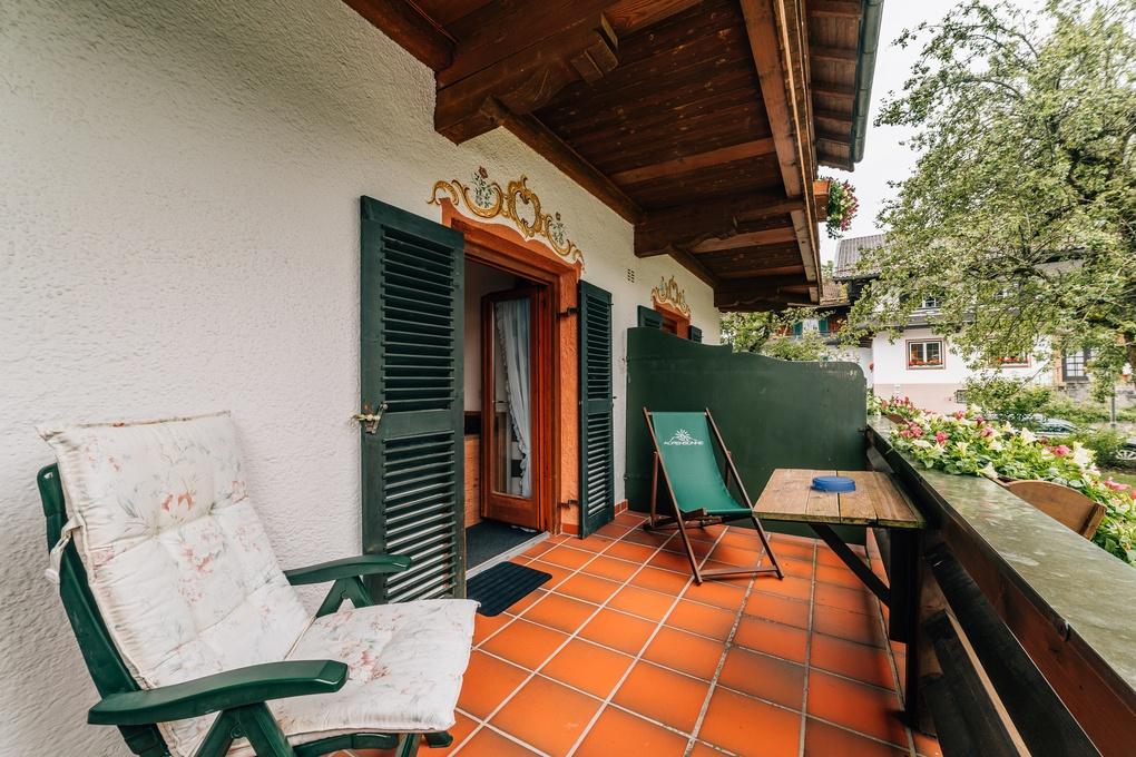 Auf dem Bild ist der Balkon der Suit des Vital-Hotel Alpensonne in Bad Wiessee am Tegernsee zu sehen.