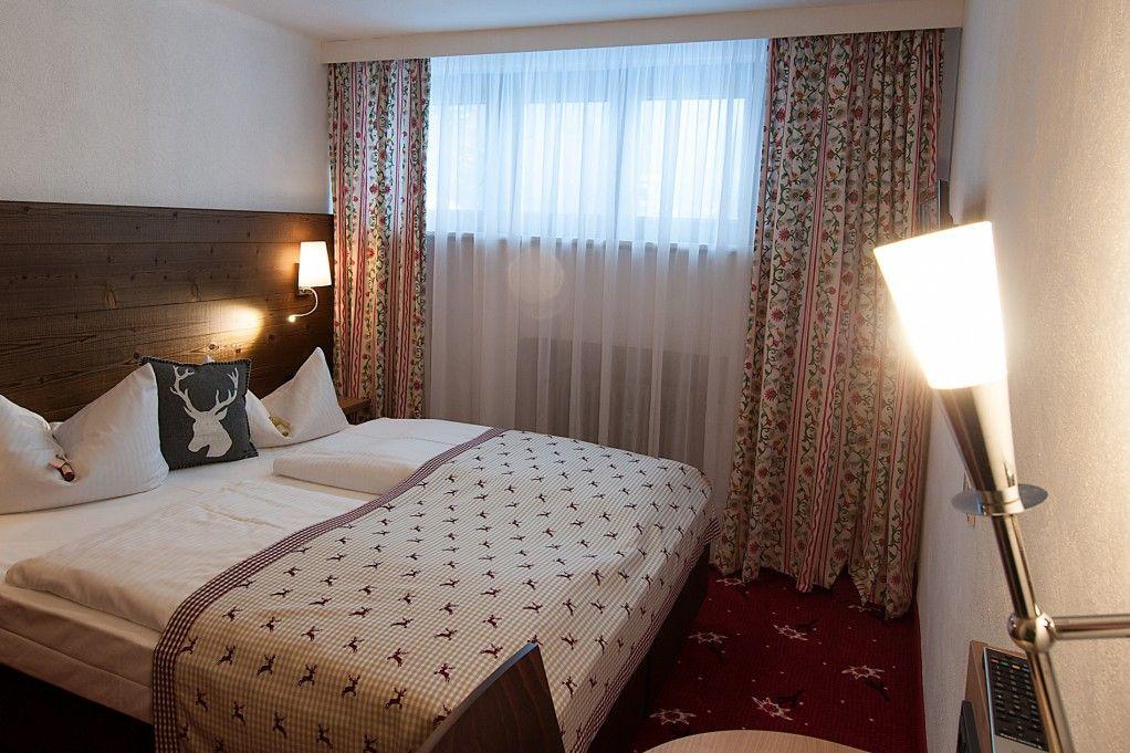 Auf dem Bild ist ein beispielhaftes Doppelzimmer Mini des Vital-Hotel Alpensonne in Bad Wiessee am Tegernsee zu sehen.